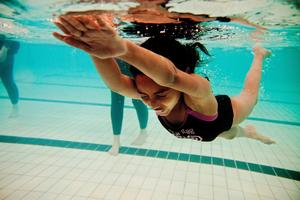 Att lära sig simma är viktigt. Djupadalsbadet i Kumla ordnar simskola för elever med olika kunskapsnivå.