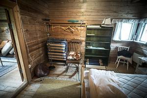 Sovrummet är spartanskt inrett.
