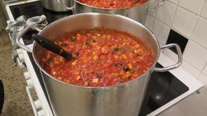 Mangosalsa på spisen. Olivoja, vinäger, kryddor, färska grönsaker och krossad tomat ingår i alla salsor. Sedan är det kryddor och chili i olika styrka.