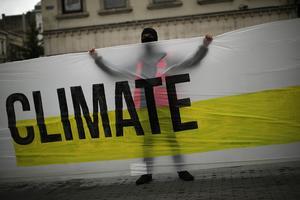 Klimatfrågan är en global rättvisefråga, skriver tre biskopar. På bilden: En klimaktivist i belgiska Bryssel i september förra året. Foto: AP Photo/Francisco Seco.