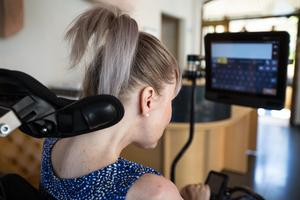 Sara kommunicerar genom sin ögonstyrda dator. När hon tittar på en bokstav markeras den med rött och meningar bildas. När hon skrivit klart tittar hon bort från skärmen, och meningen läses upp av datorn.