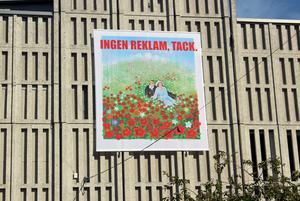 Färggrann grönska och ett konsumtionskritiskt budskap pryder nu varuhuset Igors grå betongvägg.