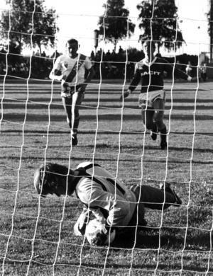 En annan legendarisk spelare i Ope IF var norrbottningen Bill Gällman. Stark och elegant mittback med split vision, dominerade i klubben under några säsonger i slutet på 1970-talet och början av 1980-talet. Bilden är från ett derby mot IFK Östersund på Hofvallen 1981 som Ope vann med 2-1.