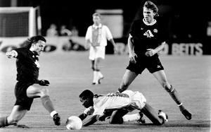 Magnus Erlingmark och Pelle Blohm sätter stopp för Bryan Roy. Ajax-talangen var den mest haussade av de många unga lovande spelarna i Ajax på den här tiden.