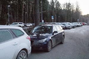 Parkeringsplatsen vid Segersängs station.