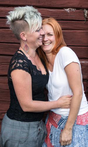 Ett fjällvandring med kort varsel ledde dem rätt. Angelica Sjöholm och Åsa Skrindsta blev ett par.