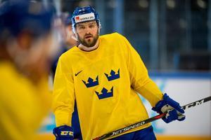 Mikael Wikstrand hyllas av svenske förbundskaptenen Rikard Grönborg. Foto: Ludvig Thunman / Bildbyrån