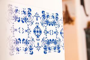 Den blåvita dekoren har Agneta satt på själv för att kakelkaminen i matrummet ska få en kakelugnskänsla.