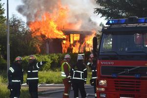Räddningstjänsten fokuserade på att rädda intilliggande hus från lågorna. Foto: Alexander Koivisto