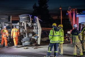Det blev ett rejält arbete för räddningspersonal vid olyckor, man fick till och med sopa vägen.
