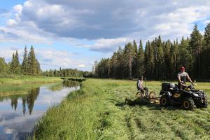 Det är en vacker miljö André har hjälpt till att skapa. – Jag gillar kontrasten mellan skog, äng och flod. Det är naturligt, och vackert.