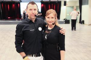 Instruktörerna Tony och Kimberly Möörk åker land och rike runt och håller sina danskurser.