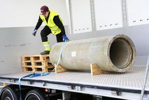 Ett viktigt moment för yrkeschaufförer är säkring av lasten. Vikt, storlek och placeringen i lastutrymmet är förutsättningar man får ta med i beräkningen. Här Tommy Davidsson från Arjeplog som deltog i kvaltävlingen till Yrkes-SM som arrangerades i Östersund på tisdagen.