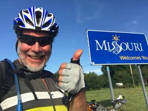 Gunnar vid skylten när han kom till delstaten Missouri. Foto: Gunnar Ohlanders