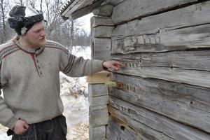 Johan Kihlgren med den gamla märkningen av stockarna i den gamla byggnaden.