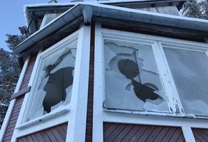 Fönstren har troligen kastats sönder med sten men sedan har vandalerna även gått in tornet och knackat ut en del rutor inifrån.