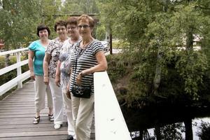 Gudrun Axman-Jumisko, Agnes Kopparmalms, Inger Broman och Gun Jacobsson är på väg till sin planering, som de lade på Kägelholmen, inför årets Konstrunda. Det är härligt med vattnet runt Kägelholmen, tycker de.