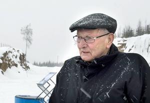 Valter Andersson ser vindkraftverken från sitt hus på andra sidan Holmsjön.