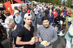 Simon Horaiz och Manzur Zada var några av de mellan två och tre tusen personer som besökte 5i12-rörelsens internationella fest på Murberget.