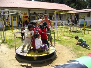 Lek och glädje. Manos de Colores innebär inte bara studier. Här ges de guatemalanska barnen också möjlighet till lek och glädje. Greta Lysholm sätter snurr på skolgårdens populära karusell.