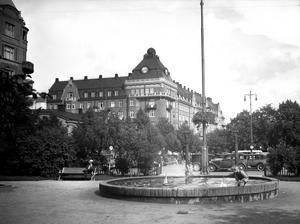 1934. Pojkar leker vid fontänen på Järntorget.