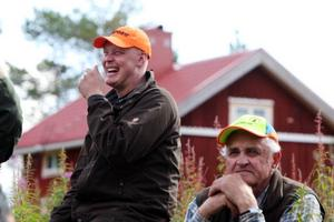 Klas Ingesson trivs med sina kamrater i jaktlaget i Dravagen. Men någon björn har han ännu inte lyckats fälla.