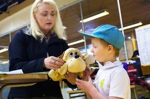 Ville Rehnstedt från Östersund hade tagit med sig sin tyghund Hunden att ställa ut. Hunden har Ville haft i ett par år.   – Jag har kaniner och nallar också med Hunden är min favorit, säger Ville.