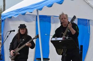 Stig Eriksson och Peter Hesselgren bjöd på trubadurmusik med välkända låtar.