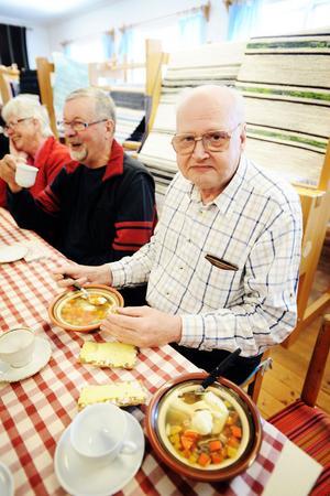 Köttsoppan med klimp smakar bra, intygar Ingvar Strömberg.