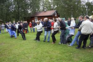 Publiken vann. Teaterpubliken utmanades i dragkamp av skådespelarna och blev på så sätt medspelare i de första svenska idrottsspelen som hölls just i Sannahed 1881. Bild: JAN WIJK