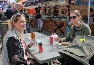 """Nadja Andersson och Malin Larsson brukar gå på matmarknaden men det var första gången som kompisarna gjorde det tillsammans. Det var svårt att välja bland alla maträtter, tyckte de, men till slut blev det turkiskt. Det enda de saknar är ett sushiställe: """"Det skulle vara skoj med riktig sushi, att få se hur de förbereder det """"."""