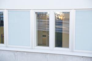 Den som går förbi sjukhuset kan se rakt in i patienternas rum, men nu ska Södertälje sjukhus frosta fönstren innan flytten i nästa vecka.