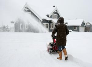 Stick aldrig in handen i en snöslunga utan att motorn är ordentligt avstängd, varnar Roger Skogman, ortopedkliniken i Falun.Foto: Bjørn Sigurdsøn / SCANPIX NORGE