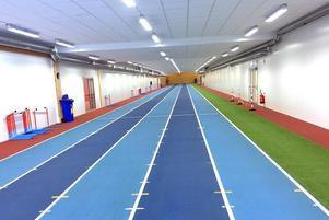 Friidrottsanläggningen har en 130 meter lång sprintbana under läktaren.