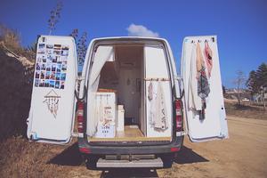 Sandra har allt hon behöver i skåpbilen, kök, toa, dusch och säng. Foto: Sandra Piitulainen