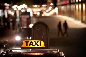 Svenska Taxiförbundet ser oroande på den växande svarttaxiverksamheten. Samtidigt har Skatteverket lovat krafttag för att öka kontrollerna av svarttaxi på sociala medier.