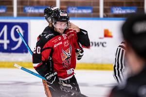 Henrik Marklund gjorde 19 poäng (8+11) på sina 18 matcher i grundserien. Nu var 23-åringen från Skellefteå het i Väsby och drog in de två målen under ordinarie tid.