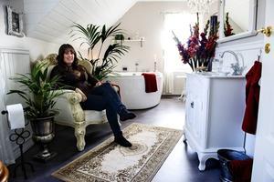 Johanna Fahlberg och hennes man har byggt en oas i sitt badrum.