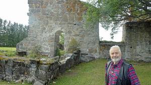 Björn Frisk visade oss den mäktiga kyrkoruinen i Sunne. Foto: Gösta Hörnfeldt