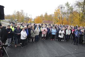 Det var verkligen ett stort intresse för broinvigningen. Publiken uppskattades till 700 – 800 personer.
