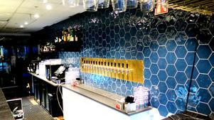 Olivias bar har numera blått kakel till skillnad från Bastard Burgers vita. Framöver väntar after work-kvällar med cava och prosecco-tema på torsdagar och fredagar på Olivia.