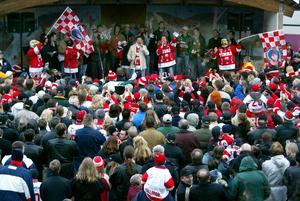 Det var trångt när Timrå IK hyllades av Timrå Kommun och fansen på torget 30 mars 2003. Trots att laget nyligen blivit utslaget ur SM-slutspelet togs de emot som vinnare. Bild: Sören Walldin.