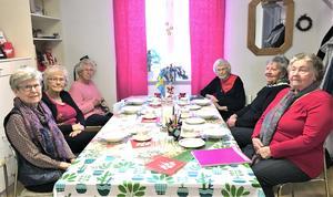 Sy - och stickgruppen i Röda korset Laxåkretsen träffas på Kupan varje vecka. Maj Wiberg, Gunborg Molin, Viola Karlsson, Barbro Tornfors, Berit Karlsson och Ulla-Britt Forsberg. Foto: Privat