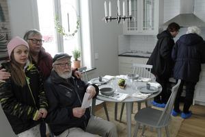 Amanda Blixt följde med mormor Gerd Olsson och Stig Persson – de tog plats i köket.
