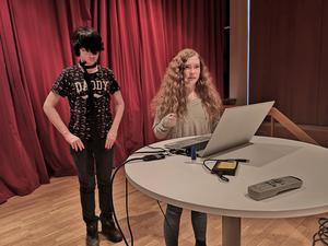 Presentation av elevers arbete. Här Max Andersson och Ellen Adolfsson.  Foto: Läsarbild