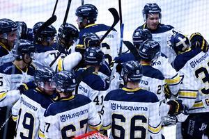 Efter fem raka segrar är HV71 återigen ett vinnande lag. Här firar spelarna 1-0-segern mot Rögle direkt efter slutsignalen.