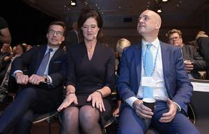 Moderaternas partiledare Ulf Kristersson bredvid två företrädare på positionen: Anna Kinberg Batra och Fredrik Reinfeldt. Foto: Janerik Henriksson/TT