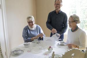 Hjälp med att ställa i ordning utställningen har Annika och Fredrik fått av Barbro Järliden. Hon har varit utställningskommissarie på Värmlands museum i 35 år.