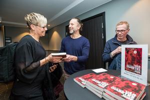 Ulrika Green tar emot en signerad bok från Peter Jihde efter hans föreläsning om att leva med diabetes på Scandic Grand på torsdagen. Erik Schwarcz, vuxendiabetesläkare, var också en av dem som lyssnade på föreläsningen.