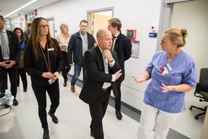 """""""Den stora utmaningen är att patienterna inte kommer vidare från akuten"""" berättar Hillevi Nilsson. Överbeläggningar i flera led, ända ut i de verksamheter kommunerna ansvarar för, gör att patienter inte kommer vidare från akuten till en vårdavdelning."""